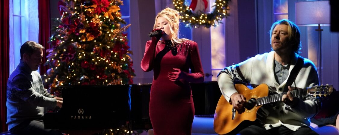 "Gabby Barrett Performs ""The First Noel"" on CMA Country Christmas"